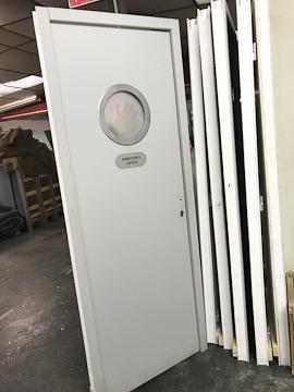 Porte grise avec hublot